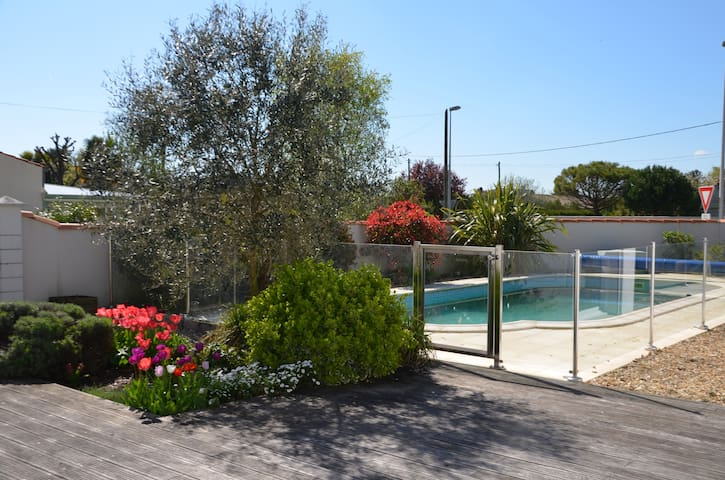 Near La Rochelle, house with swimming pool for 8 p