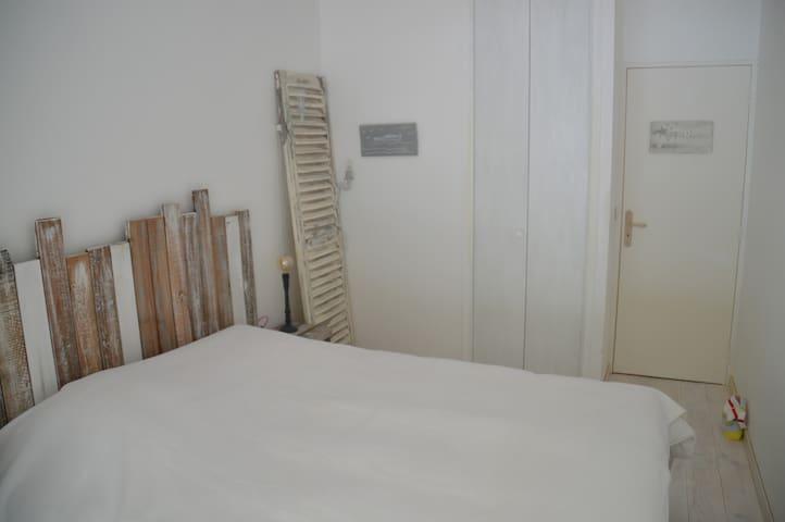 Chambre lit double avec baie vitrée