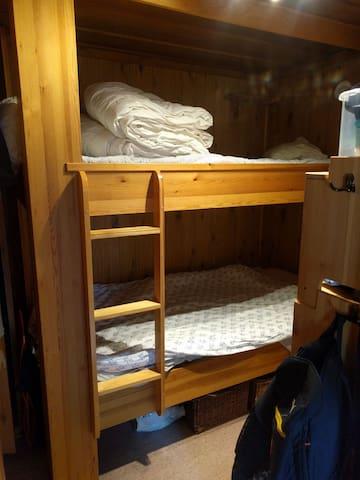 Sovrum med bred våningssäng
