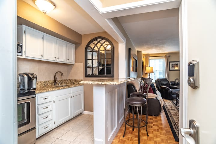 11L Charming Downtown Condo, Walk to Everything!