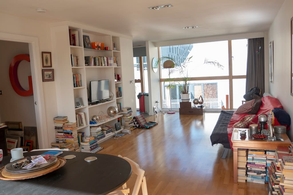 Open and bright living area with TV, WiFi