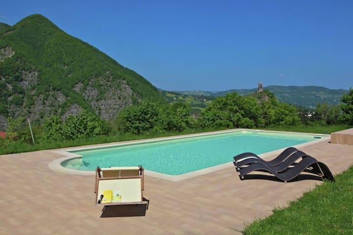 Moderna casa vacanze a Imola con piscina