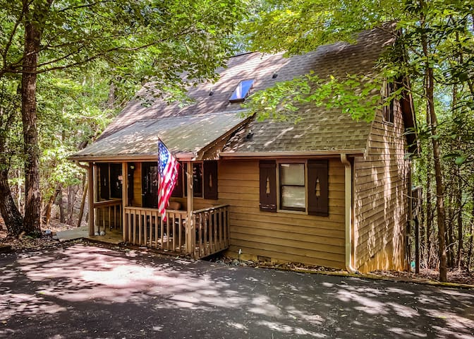 Quiet cabin close to amenities inside Big Canoe