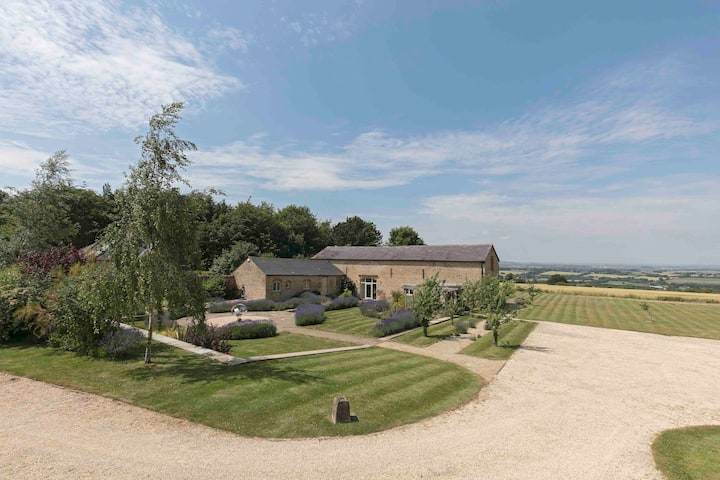 Cotswolds Luxury Barn with stunning views.