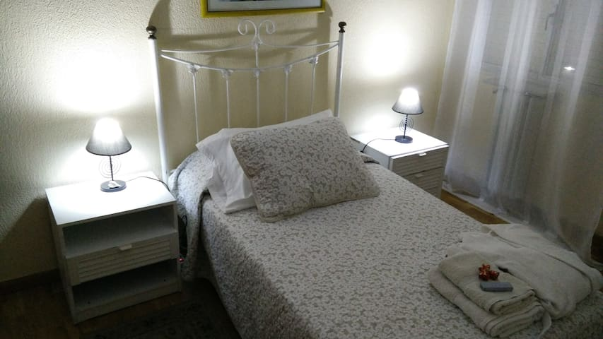 Confortable habitación privada muy luminosa - León - Casa particular