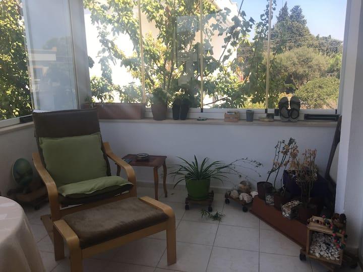 Güneşli, sakin, huzurlu bir ev