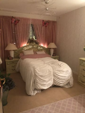 Sovrum m tv, wi-fi , stor byrå m spegel  Egen solig  Balkong, möblerad