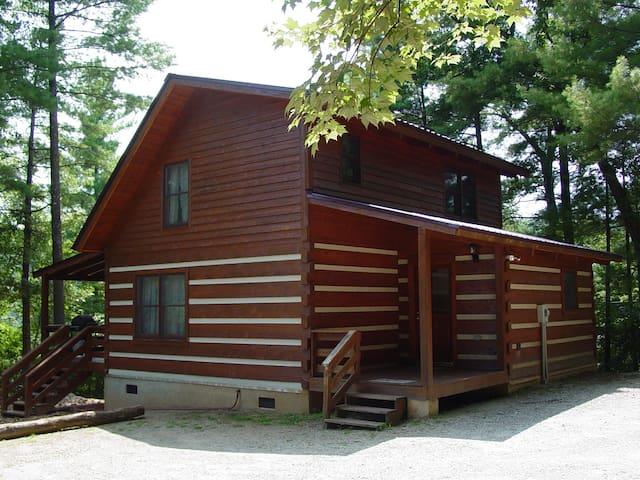 Near Boone, NC - Secluded Honeymoon Cabin Hot Tub
