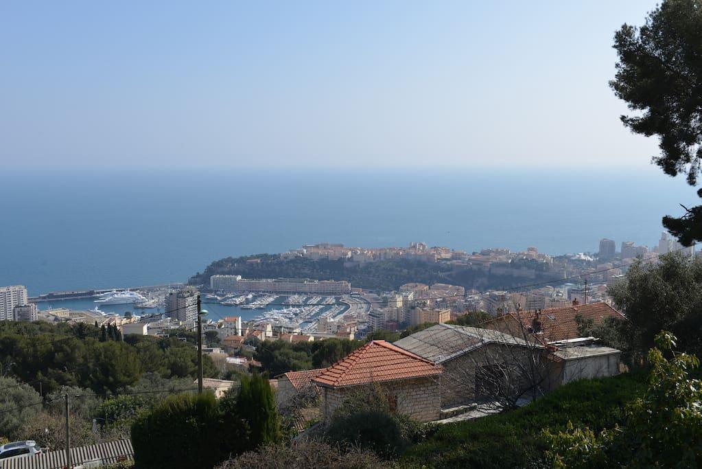 vue féérique sur la mer le port et rocher de Monaco