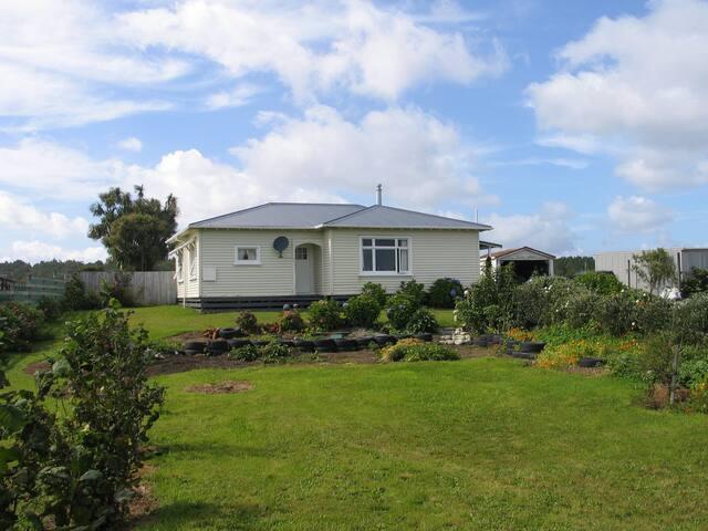 Kiwi Cottage and Gardens