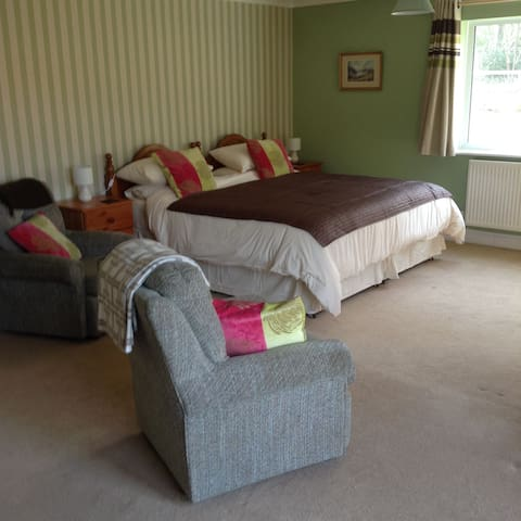 Super King size bed with en-suite - Cranwich, Thetford - Bed & Breakfast