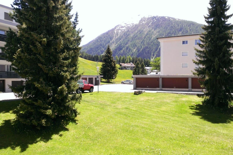 Sommersaison: Blick vom Balkon Richtung Bünda und Brämabüel