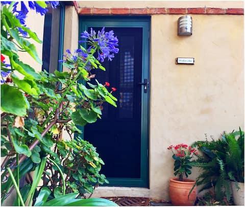 Well-located quiet studio apartment - great value