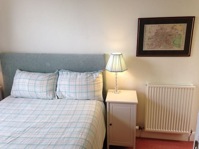Double bedroom with bathroom exclusivelyfor guests - Edinburgh - Hus