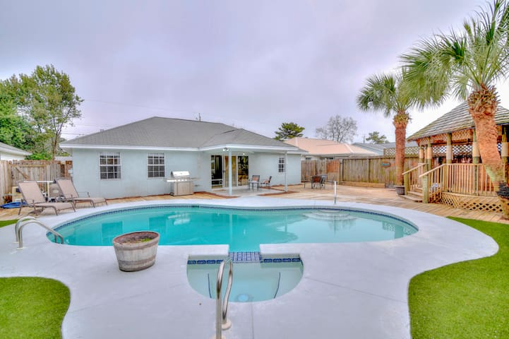 Tiki House with Private Pool, Hot tub & Golf Cart