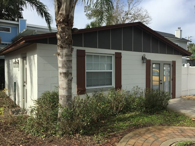 Charming, Quiet, Beach Guest House - Jacksonville Beach - Bungalow