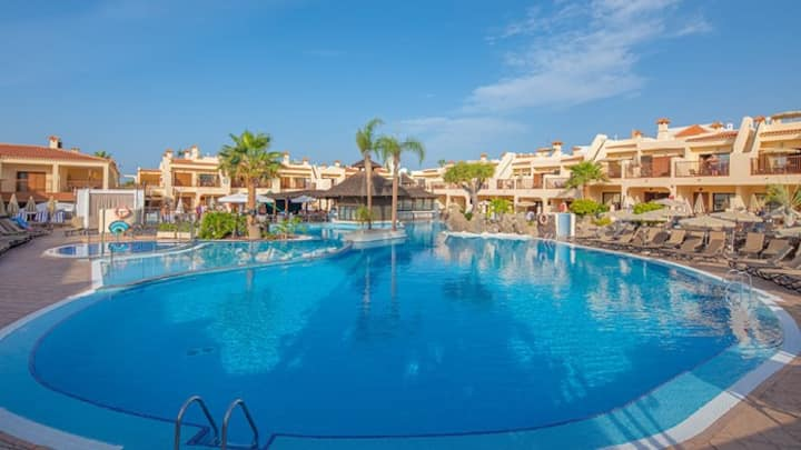 Bright Air Conditioned Apartment Near the Beach   FREE Wi-Fi + On-Site Pool