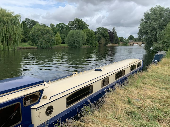 Cosy winter stay on board luxury boat Wallingford