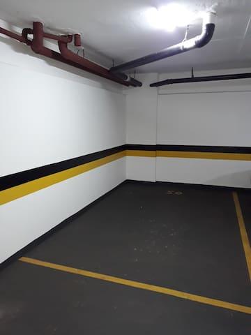 01. Vaga de garagem  coberta para carro de porte medio.