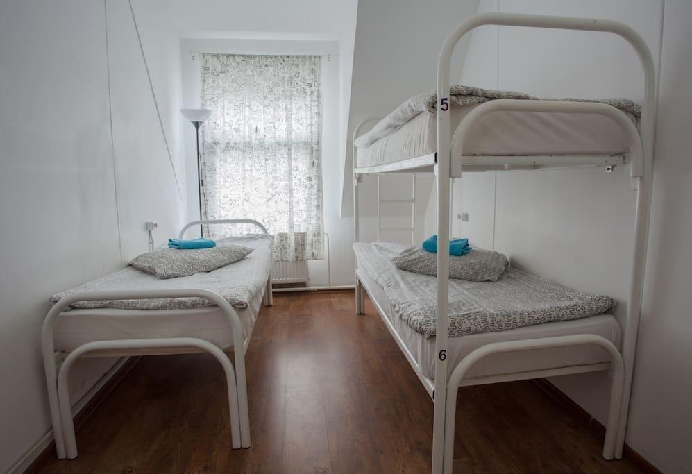Зх местная комната с отдельными кроватями. 1850 руб/сутки за комнату.
