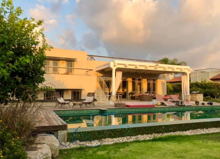 Perfect Family Villa with Beautiful Pool in Caesarea