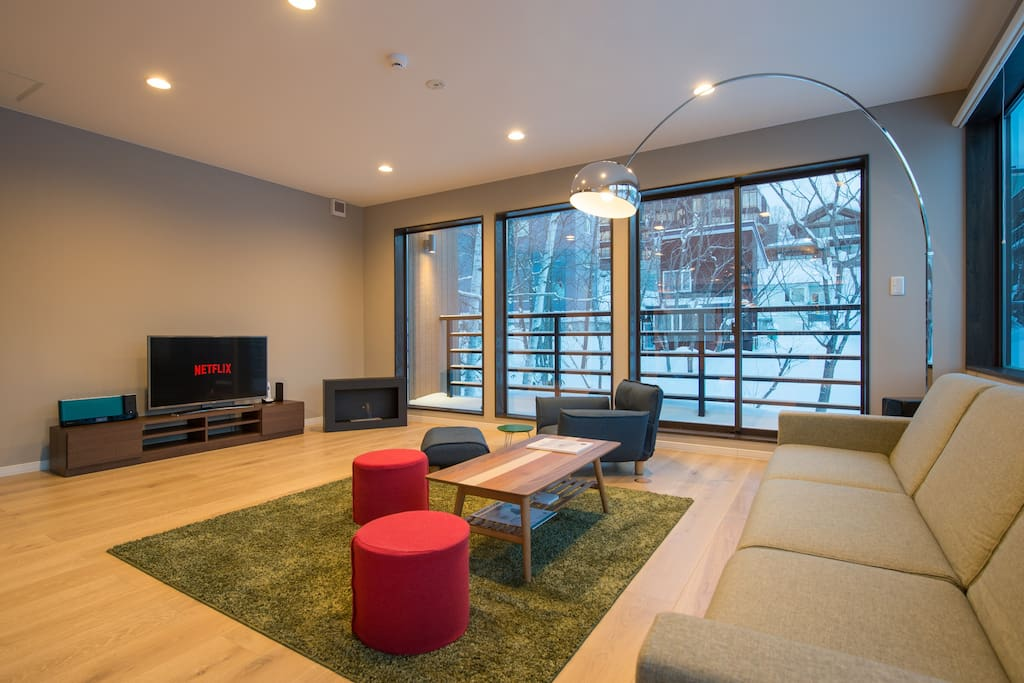 Relish your après-ski moments with family and friends around the eco-fireplace. The furniture and coordinating colour-scheme were hand picked to reflect a seamless integration with the surrounding nature outside.