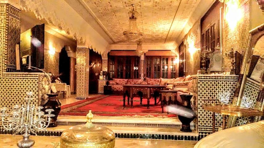 Salon avec stuc et zelliges