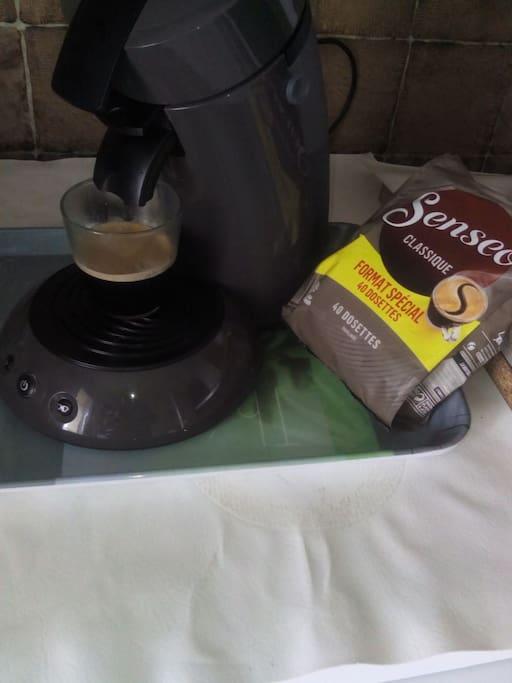 Je offre le café à faire vous même le matin avant de partir, uniquement la machine dosettes senseo ,c'est dans la cuisine