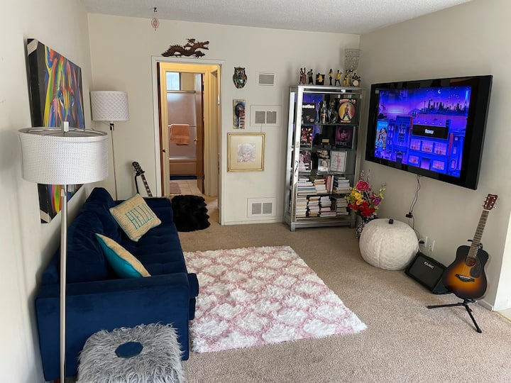 Cute,Comfy,Cozy 1 Bedroom in Heart of LaLa Land!