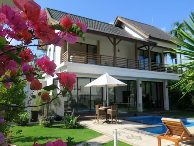 Oceanside private villa with a pool - Manggis - Rumah