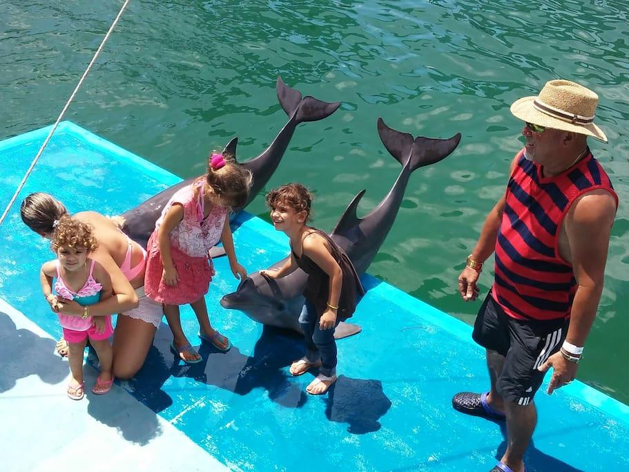 A la derecha el anfitrion de villa espada con si hija y nieta.En el show con los delfines unas fotos