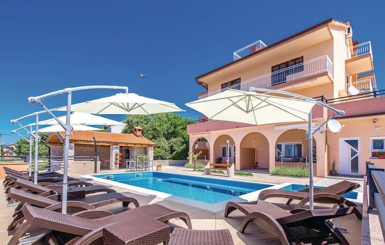 Sunčalište , bazen ,Grill