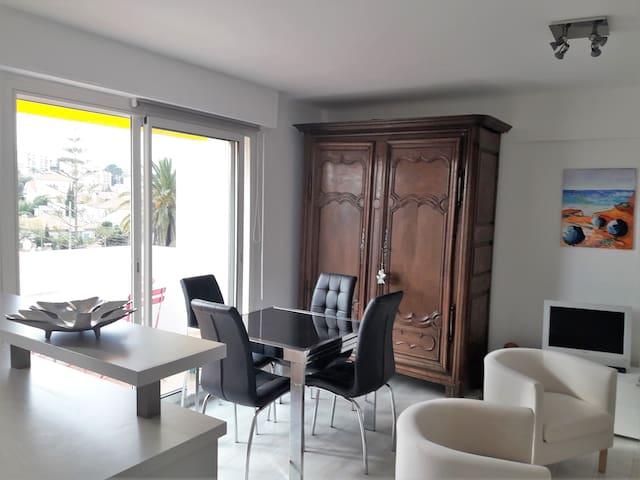 SUPERBE DERNIER ETAGE CALME AU PORTE DE CANNES - Cannes - Appartement en résidence