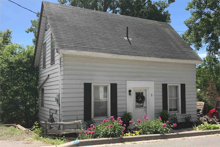 Cozy Picton home steps from Main St! 2BR/2BA