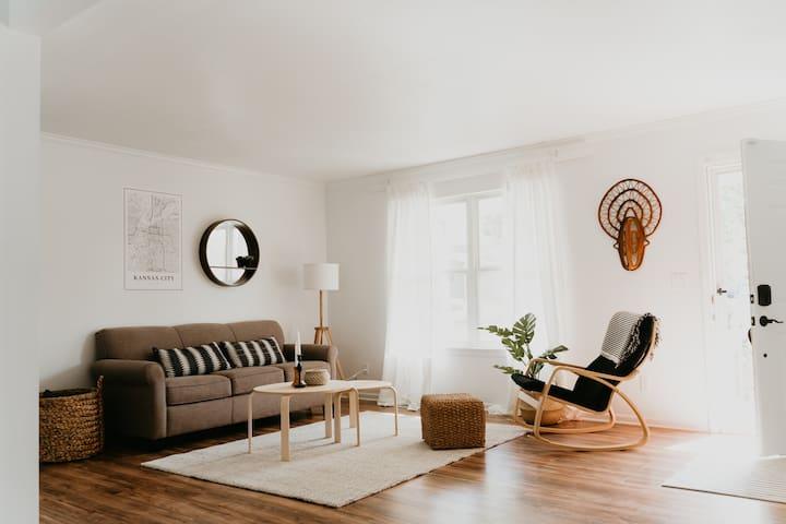 Niche Home • Minimalist+Clean • 5 min to KCI