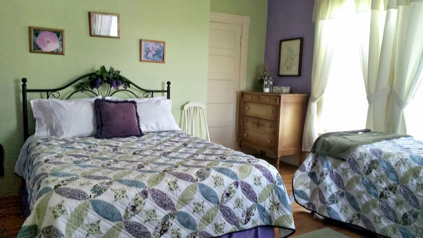 Applebrook B&B - Historical Home with a Mtn View