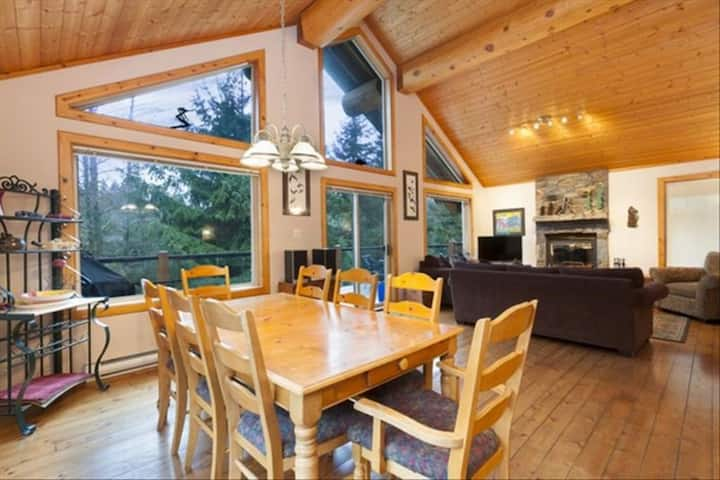 Chalet Retreat w Hot Tub-*Special Pricing Offer*