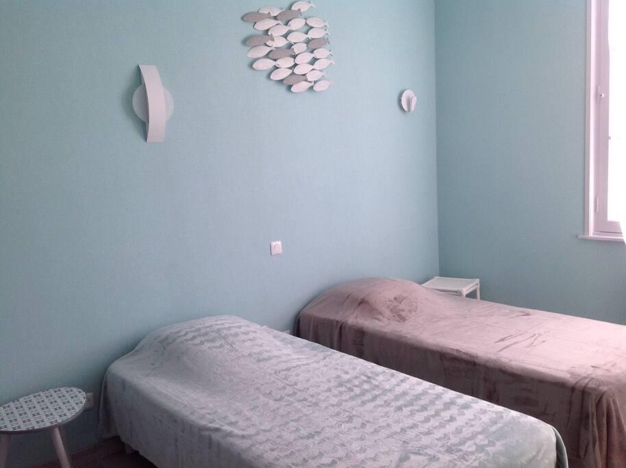 Chambre 3 (2 lits simples et 1 lit superposé)