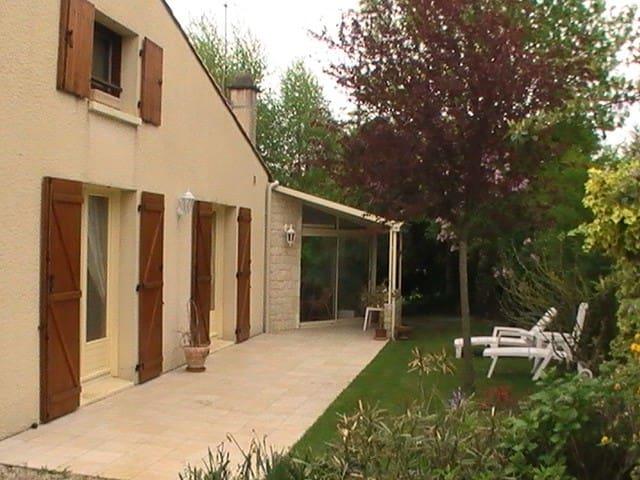 Grande maison lumineuse avec jardin