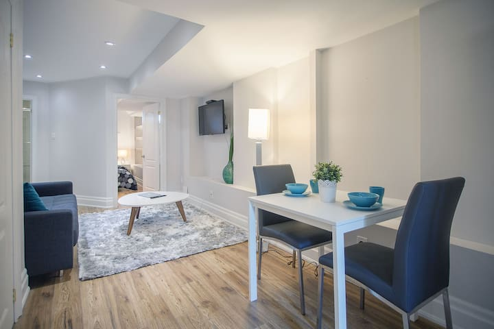 Modern & Chic- Brand new unit- Home Away from home - Toronto - Huis