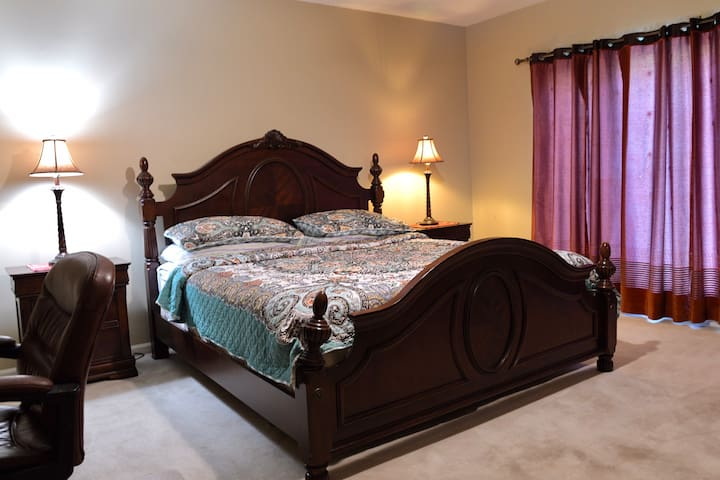 Spacious bedroom (king bed) in Green island hills