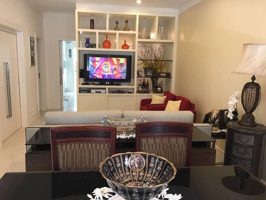 Ampla sala de estar e sala de jantar