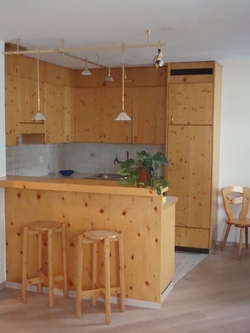 gemütliche Wohnküche mit Abwaschmaschine