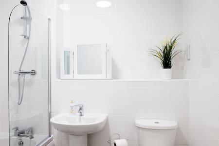 Guild House - 2 bedroom apartment - Swindon - Huoneisto