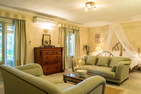 10mins from Bolonia Beach. Stunning apartment - Lejlighed
