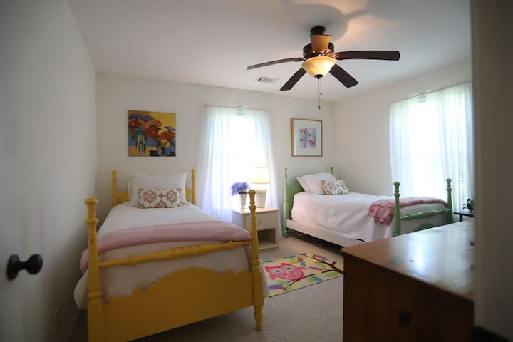 Guest bedroom with two single beds.