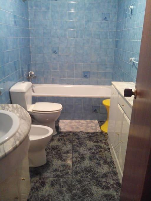 y el otro baño dispone de bañera