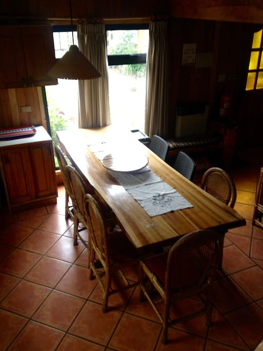 Cocina comedor equipada para cocinar