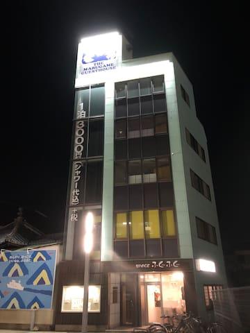 JR丸亀駅北口徒歩0分!ザ・丸亀ゲストハウス (2F. 男性専用ドミトリー)
