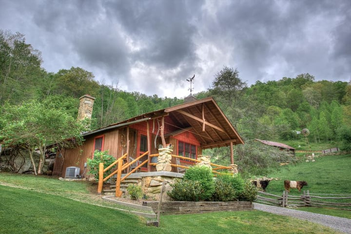 Baby Bear Cabin-Nestled amongst Three Bears; awesome mountain views & privacy!